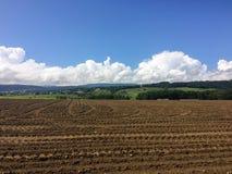 Bruine bebouwing tegen bergen en blauwe hemel royalty-vrije stock afbeeldingen