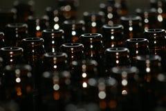 Bruine bierflessen stock afbeelding