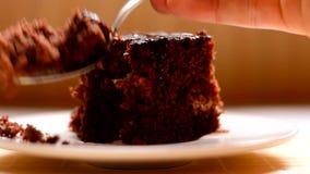 Bruine binnenlandse cake stock videobeelden