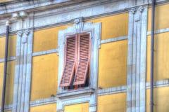 Bruine blinden in een gele muur Royalty-vrije Stock Foto