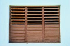 Bruine blinden in turkooise muur Stock Fotografie