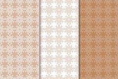 Bruine bloemenachtergronden Reeks naadloze patronen Stock Foto's