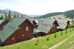 Bruine blokhuizen in de bergen Stock Afbeeldingen