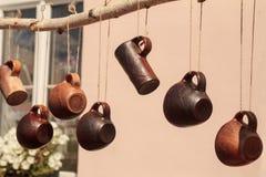 Bruine ceramische mokken stock fotografie