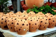 Bruine ceramische nightlights met ster en maangaten drogen in openlucht Kreta, Griekenland stock fotografie