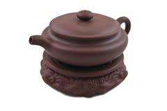 Bruine ceramische theepot op tribune Royalty-vrije Stock Afbeeldingen