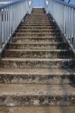 Bruine concrete treden met roestvrij staalsporen, glanzende kleuren stock afbeeldingen