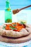 Bruine de miel au-dessus de tarte d'abricot Photo libre de droits