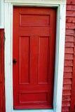 Bruine deur met panelen en wit kader stock foto