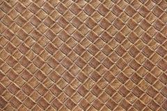 Bruine dichte omhooggaand van het leervierkant geweven geweven patroon Stock Foto