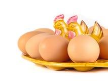 Bruine die eieren op een witte achtergrond worden geïsoleerd stock foto's