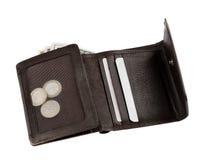 Bruine die leerportefeuille of beurs met geld op wit wordt geïsoleerd Stock Foto's