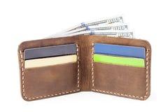 Bruine die leerportefeuille met geld op wit wordt geïsoleerd Royalty-vrije Stock Fotografie