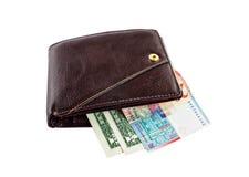 Bruine die leerportefeuille met geld op wit wordt geïsoleerd Royalty-vrije Stock Foto's