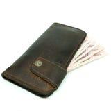Bruine die leerportefeuille met geld op witte achtergrond wordt geïsoleerd Royalty-vrije Stock Afbeeldingen