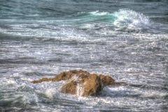 Bruine die rots door de golven wordt behandeld royalty-vrije stock foto's