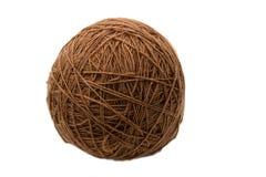 Bruine die yarnball op wit wordt geïsoleerd Stock Afbeelding