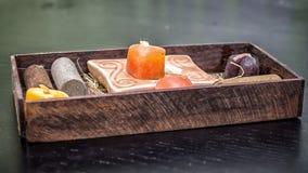 Bruine doos voor KUUROORD met kaarsen stock foto
