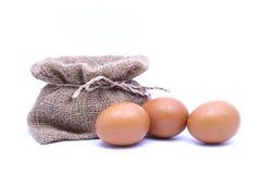 Bruine Eieren in Bruine zak Royalty-vrije Stock Afbeeldingen