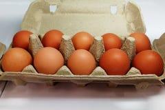 Bruine eieren in doos op zijn plaats supermarkt stock afbeeldingen