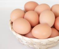 Bruine Eieren in een Mand Stock Afbeeldingen