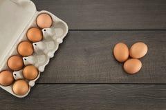Bruine eieren in eikarton Stock Foto