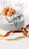 Bruine eieren met platen voor het ontbijt van Pasen Stock Foto