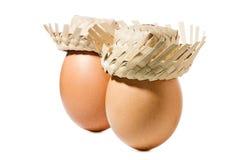 Bruine eieren met strohoed die op witte achtergrond wordt geïsoleerd Stock Afbeeldingen