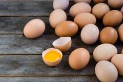 Bruine eieren op de houten grijze lijst Royalty-vrije Stock Afbeelding