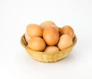 Bruine eieren in rieten mand Royalty-vrije Stock Fotografie