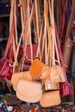 Bruine en rode Handtassen in een lokale winkel Royalty-vrije Stock Foto
