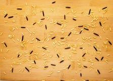 Bruine en wilde rijst op een bamboetextuur Royalty-vrije Stock Afbeelding