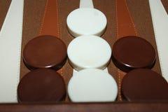Bruine en witte backgammonstukken royalty-vrije stock fotografie