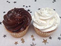 Bruine en witte cupcakes Stock Afbeelding