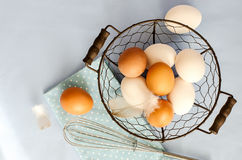 Bruine en witte eieren voor het koken op de blauwe achtergrond van de steekproeftekst stock foto
