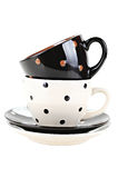 Bruine en witte koffiekoppen of theekoppen, op witte achtergrond Stock Foto's