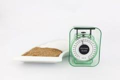 Bruine en witte suiker in een plaat met een gewichtsschaal Stock Fotografie