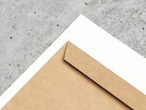 Bruine envelop en Witboek, het 3d teruggeven Stock Fotografie