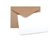 Bruine envelop met een lege witte kaart Stock Foto's