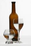 Bruine fles en glazen Stock Fotografie