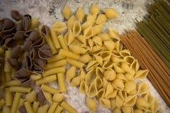 Bruine, gele en groene deegwaren stock fotografie
