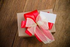 bruine giftdoos met naamkaart royalty-vrije stock fotografie