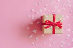 Bruine giftdoos op de roze achtergrond met Kerstmisdecoratie royalty-vrije stock foto