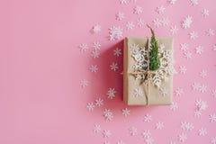Bruine giftdoos op de roze achtergrond met Kerstmisdecoratie stock afbeelding