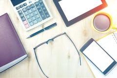 Bruine glazen en slim apparaat in financieel bedrijfsconcept Royalty-vrije Stock Afbeelding
