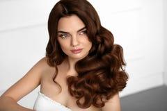 Bruine haarkleur Het mooie Kapsel van Meisjes Modelwith wavy curly royalty-vrije stock foto's