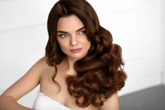 Bruine haarkleur Het mooie Kapsel van Meisjes Modelwith wavy curly stock afbeeldingen