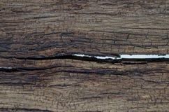 Bruine houten achtergrond met een barst in het midden stock fotografie