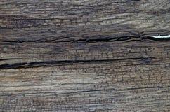 Bruine houten achtergrond met een kleine barst aan de kant stock fotografie