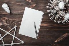 Bruine houten achtergrond met textuur Decoratieve sparappel Brief aan Kerstman` s bericht en vakantie Royalty-vrije Stock Foto